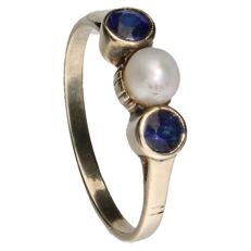 14 kt yellow gold ring set with 2 sapphires and a cultivated pearl. Inner size: 17.5 mm