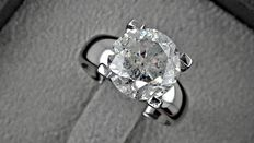 5.16 ct round diamond ring made of 18 kt gold