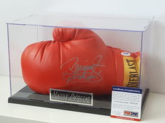 Manny (Pacman) Pacquiao - world champion in 8 different (!) classes - EVERLAST boxing glove original signed in a display case + PSA/DNA COA