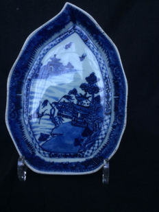 Blue and white Cantonese porcelain bowl in lotus leaf shape – China – 19th century