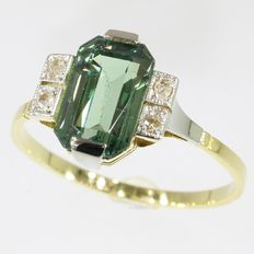 Gold ring with diamonds and one green stone, anno 1920