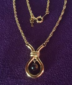 Beautiful 18 kt yellow gold chain with tiger's eye pearl pendant. Length: 45 cm.