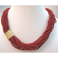 Orelù choker necklace, with 18 kt yellow gold sidepiece and 15 strands of coral.