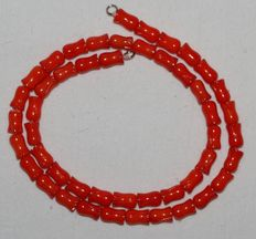 Necklace with sculpted red coral, 18 kt gold clasp