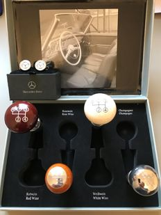 Batch of 2 items - Mercedes Benz - Box of 4 wine corks in the shape of gear stick knobs & Pairs of cufflinks