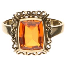 Yellow gold ring set with topaz