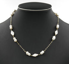 18 kt (750/1000) yellow gold - freshwater Baroque and diamond-shaped pearl necklace, with lobster clasp in yellow gold.  47 cm