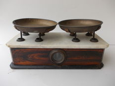 Antique walnut scale with marble top, two brass round dishes, capacity 1 kg, mid XX century, Italy