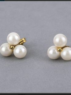 18 kt yellow gold earrings with 3 Akoya pearls each.