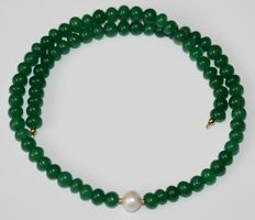 Precious stone necklace, emeralds and baroque pearls, 18 kt / 750 gold clasp, length 46 cm.