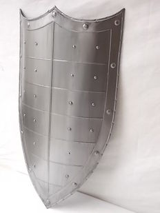 Medieval shield copy with three points in polished steel with studs
