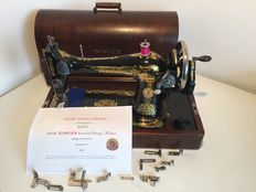 Antique Singer hand sewing machine model 127K, including beautiful original dust cover and accessories 1925