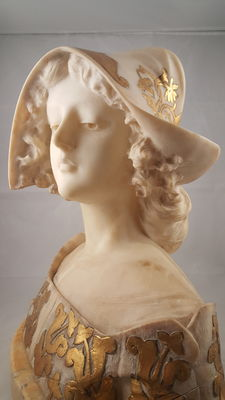 Alabaster half-bust of a woman with marble base, finished in pure gold leaf with gouache gilding -Italy - around 1880/1890.