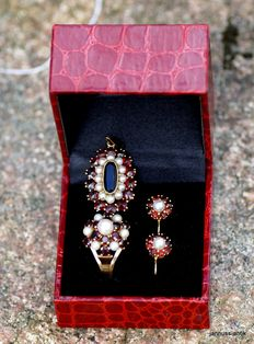 Jewellery set: gold ring, earrings and pendant with garnets and Akoya pearls