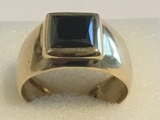 18 kt gold signet ring with 2.55 ct black diamond