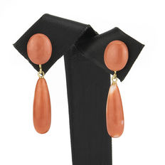 Yellow gold earrings with oval and pear-shaped corals