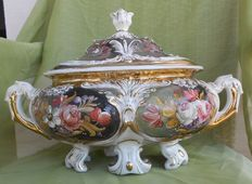 Beautiful centrepiece/tureen in porcelain signed R. Capodimonte