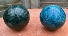 Pair of green and blue Apatite spheres - 7.3 and 6.8 cm - 1.23 kg  (2)