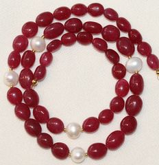Precious stone necklace with ruby and baroque pearl, 18 kt gold clasp