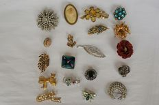 Set of 19 vintage brooches.