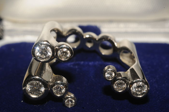 Exclusive and heavy platin ring with eight diamonds, together ca. 1,0 carat, made by Heldwein
