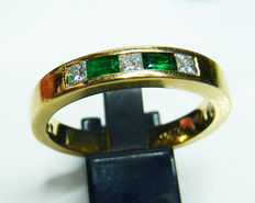 Heavy 18 ct gold band ring with diamond and emerald