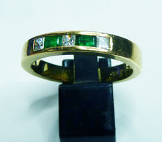 Heavy 18 kt gold band ring with diamond and emerald