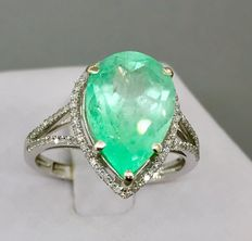 4.86ct. Natural Transparent Green Emereld and 0.50 ct Diamonds set in 14k White Gold Ring