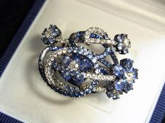 Gorgeous golden cocktail ring with sapphires and diamonds, totally appx. 9,0ct
