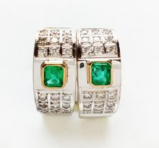 18 kt (750/1000) white and yellow gold earrings with emeralds (approx. 0.55 ct in total) and diamonds (approx. 0.36 ct in total)