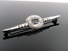 Vintage 18 kt white gold brooch, set with 2 ct of diamonds, period: 1920-1940