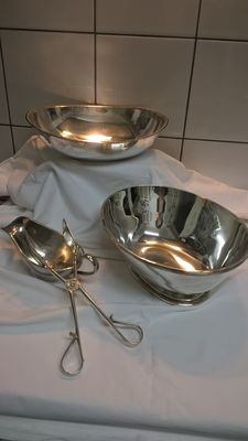 Two silver plated trays, 1 pair of serving tongs and 1 sauce bowl, Gero, Netherlands mid 20th century.