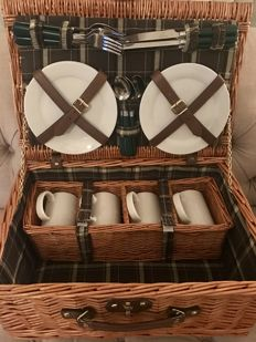 Rattan picnic basket for 4 people - for oldtimer/classic - 46 x 31 x 20 cm.