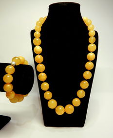 Baltic amber set in yellow colour: necklace and bracelet, 100 grams