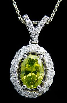 18 kt gold pendant – intense fancy olive yellow-green diamond & diamonds in total 1.00 ct – 42 cm