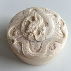 Ivory hand-carved antique lid box with carved dragon, including certificate - Meiji, Japan - approx. 1900