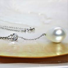 Pear-shaped pearl from the South Seas (near Asia). Ø 12.7 mm. Necklace in 750 white gold with a .16 ct diamond.