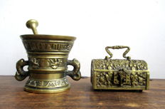 A combined lot - Brass strongbox in Neo Gothic style and a large brass mortar + pounder - 2nd half of the 20th century