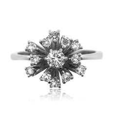 18 kt white gold entourage ring with 13 brilliant cut diamonds, approx. 0.58 ct in total Central diamond, approx. 22 ct River E-F VVS-VS