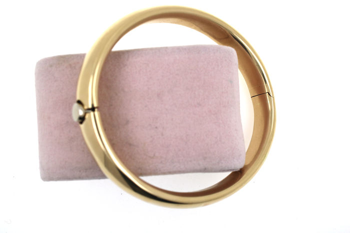 Robust classic bangle – 585 / 14 kt yellow gold – inner diameter: 60 x 70 mm