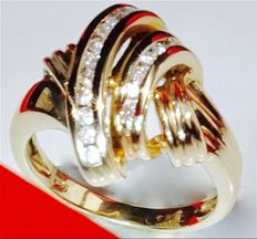 4.97 grams, 14 kt yellow gold ring set with 16 brilliant cut diamonds of 16 x 0.02 ct (0.32 ct); no reserve