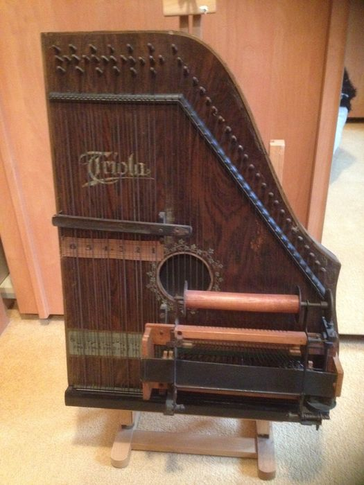 Triola, semi-automatic cither with 13 music rolls