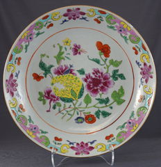 Deep, famille rose plate with decoration of Buddha's hand - China - late 18th/early 19th century.
