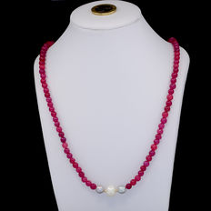 Yellow 18 kt/750 gold – Necklace with rubies and cultured pearls  – Length: 54 cm.