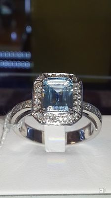 Ring with 2.20 ct aquamarine and 0.40 ct of VS F colour accent diamonds Total: 2.60 ct