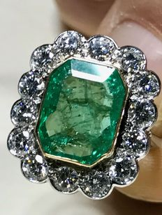 Gold ring with diamonds and 5 ct emerald