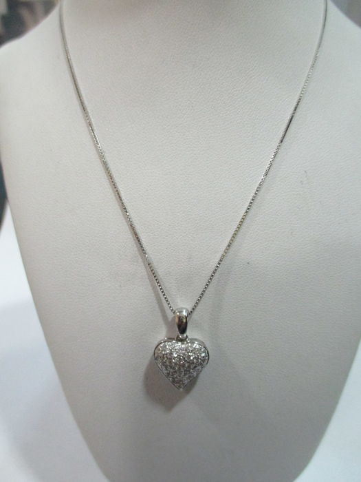 Heart of diamonds with thin 18 kt gold chain