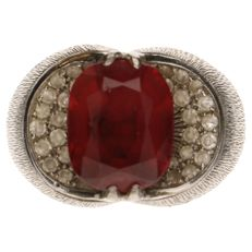 White gold ring set with rubellite and 35 brilliant cut diamonds of approx. 0.01 ct each.
