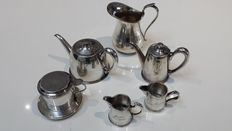 Silver plated tea service: Teapot, coffee pot, coffee filter, 3 milk jugs, circa 1950s - Félix Frères.