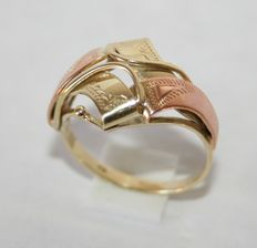 Ring in solid yellow gold on 14 kt rose gold.
